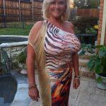 Cougar blonde aux gros seins, pour jeune qui aime caresser (region annecy)
